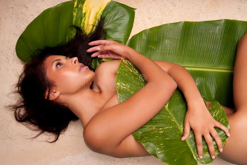 Frau in den Banan-Blättern stockfotografie