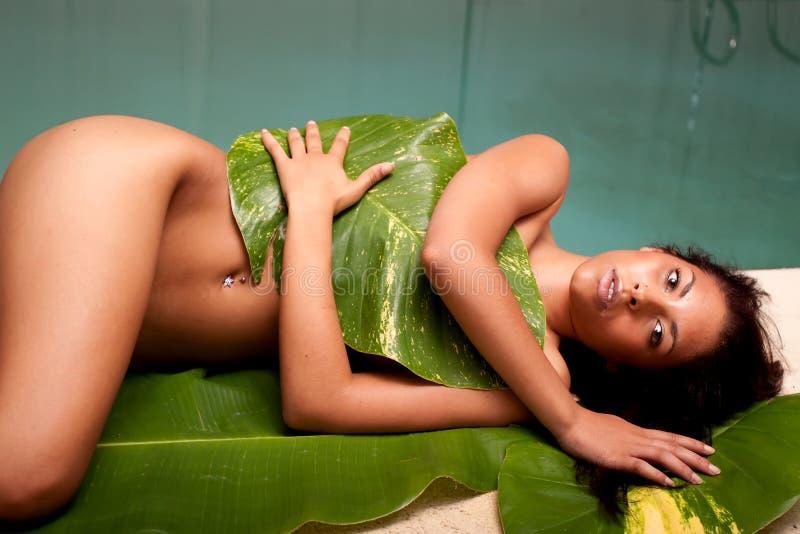 Frau in den Banan-Blättern lizenzfreies stockbild