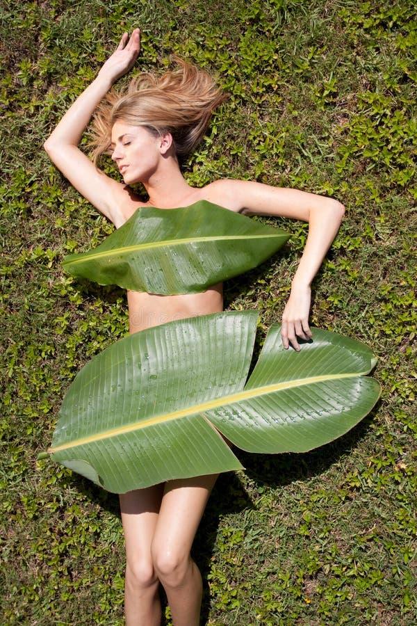 Frau in den Bananenblättern stockfoto