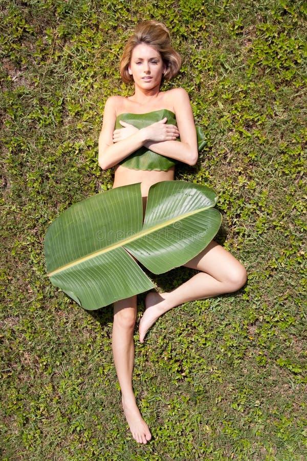Frau in den Bananenblättern lizenzfreie stockbilder