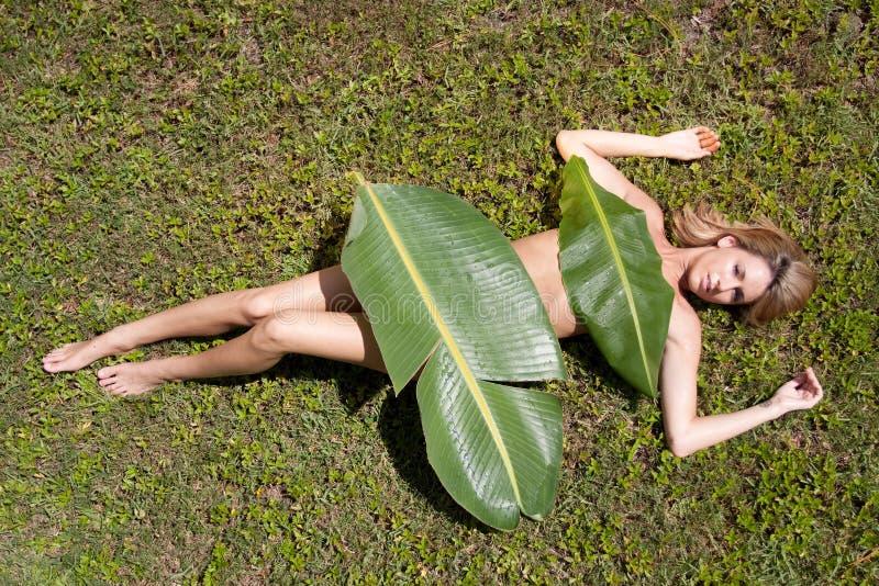 Frau in den Bananenblättern stockbilder