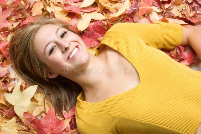 Frau in den Blättern lizenzfreie stockbilder