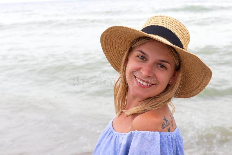 Frau in den blauen sundress lizenzfreie stockbilder