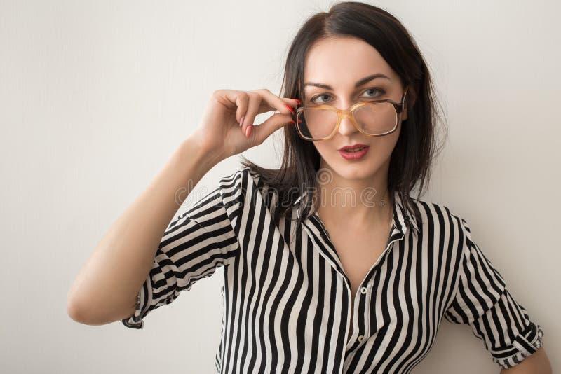 Frau in den Brillen stockfotos
