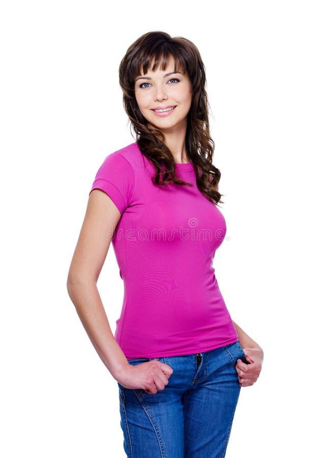 Frau in den casuals, die mit Lächeln stehen stockfoto
