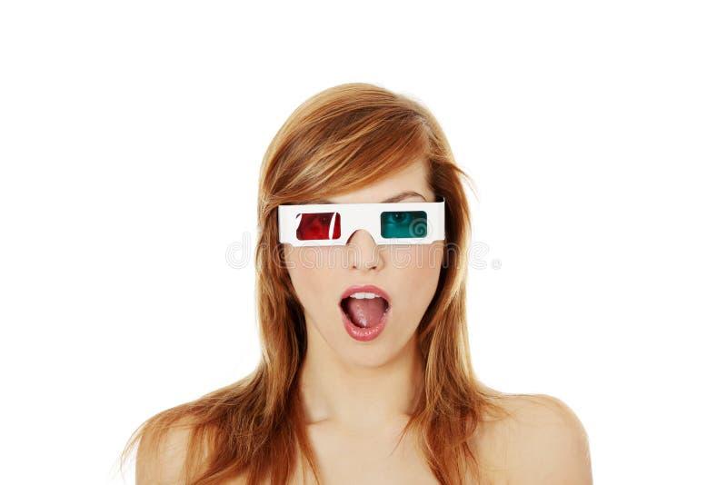 Frau in den Gläsern des Kinos 3d stockbild