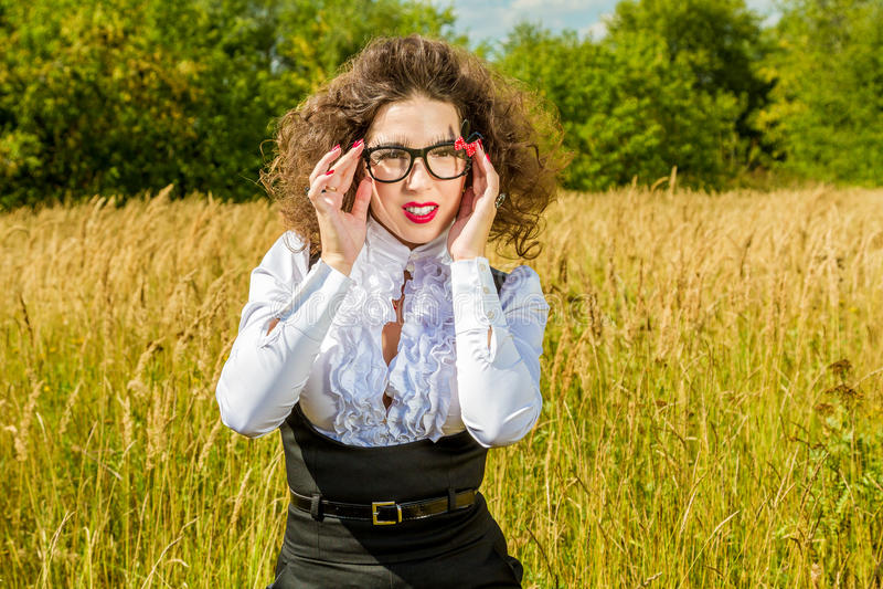 Frau in den Gläsern, die auf Natur aufwerfen lizenzfreie stockfotografie