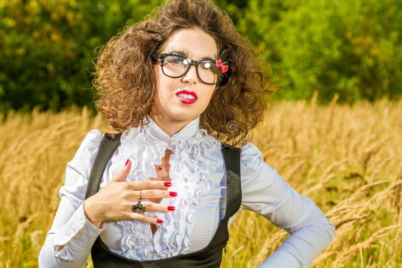 Frau in den Gläsern, die auf Natur aufwerfen stockfoto