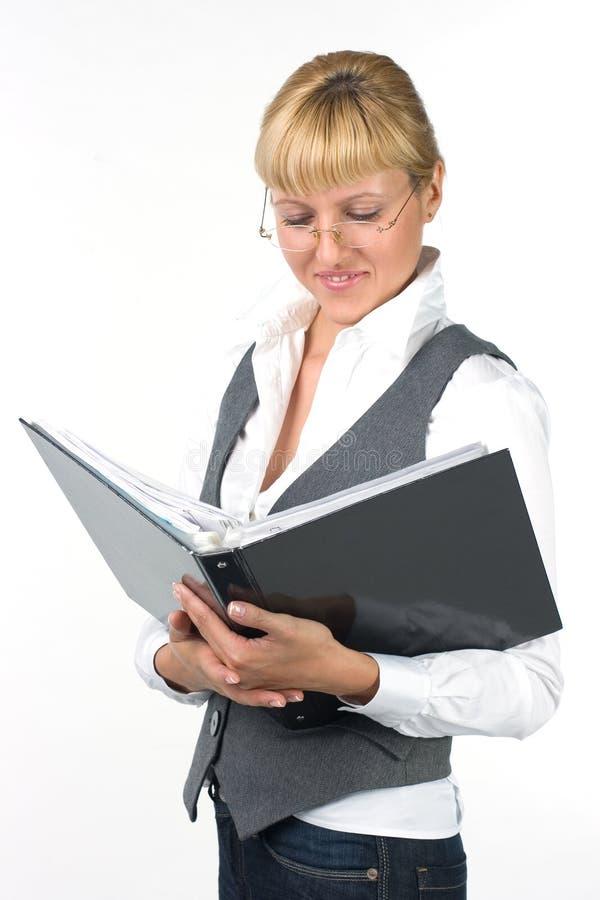 Frau in den Gläsern mit Dokumenten lizenzfreies stockbild