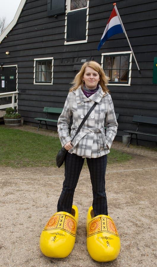 Frau in den holländischen hölzernen Schuhen lizenzfreies stockfoto