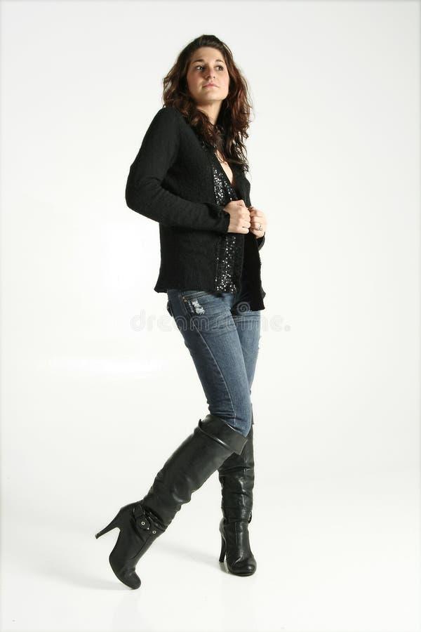 Frau in den Jeans und in den Matten lizenzfreie stockfotos