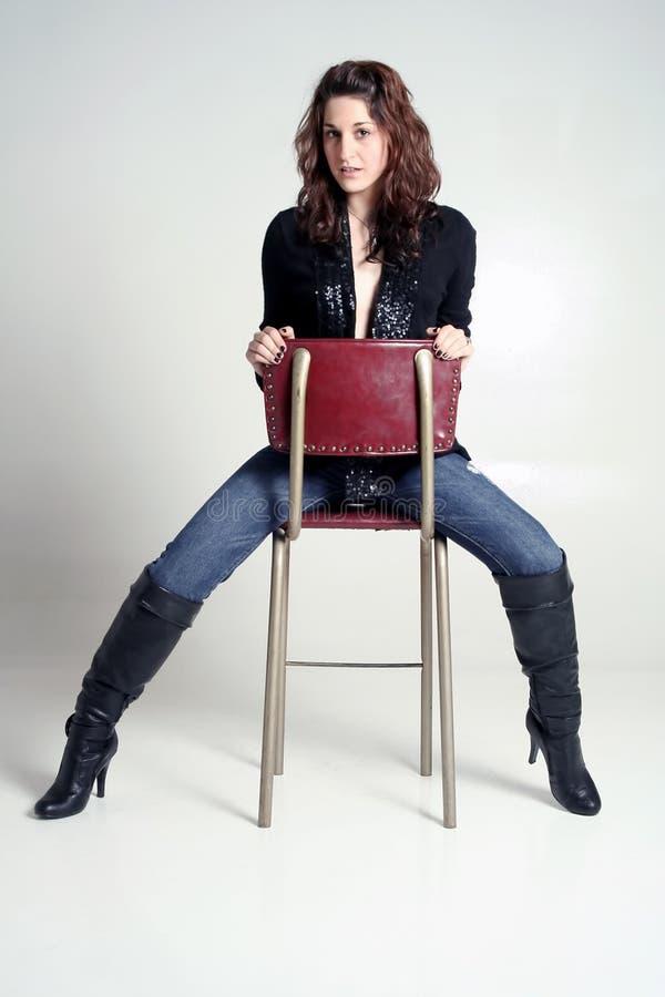 Frau in den Jeans und in den Matten lizenzfreie stockbilder