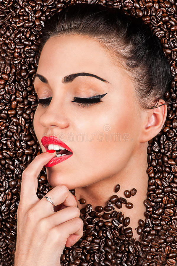 Frau in den Kaffeebohnen lizenzfreies stockfoto