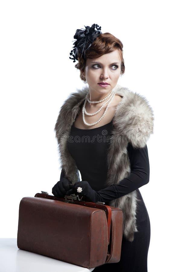 Frau in den Pelzen und im Koffer stockfotografie