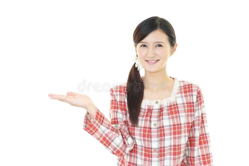 Frau in den Pyjamas stockbild