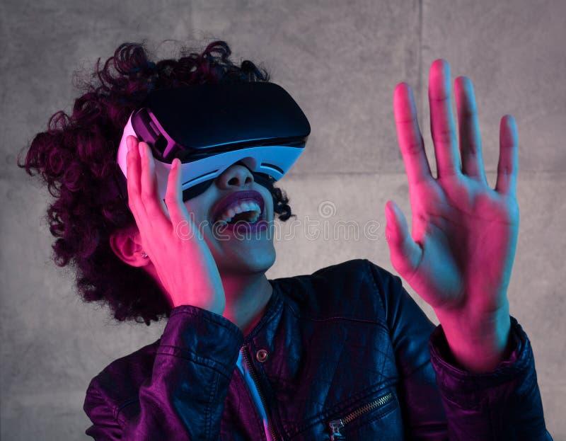 Frau in den Schutzbrillen der virtuellen Realität, die Luft berühren stockfoto