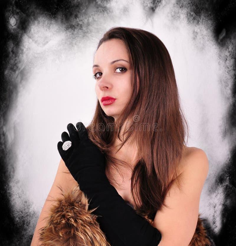Frau in den schwarzen Handschuhen mit silbernem Ring lizenzfreie stockfotografie