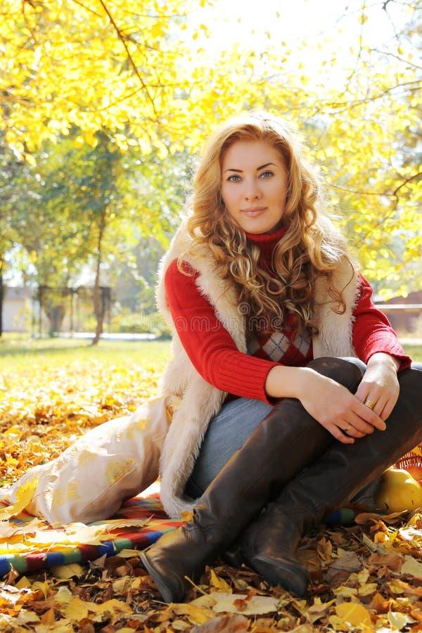 Frau in den Stiefeln und Pelz im Herbst parken stockbild