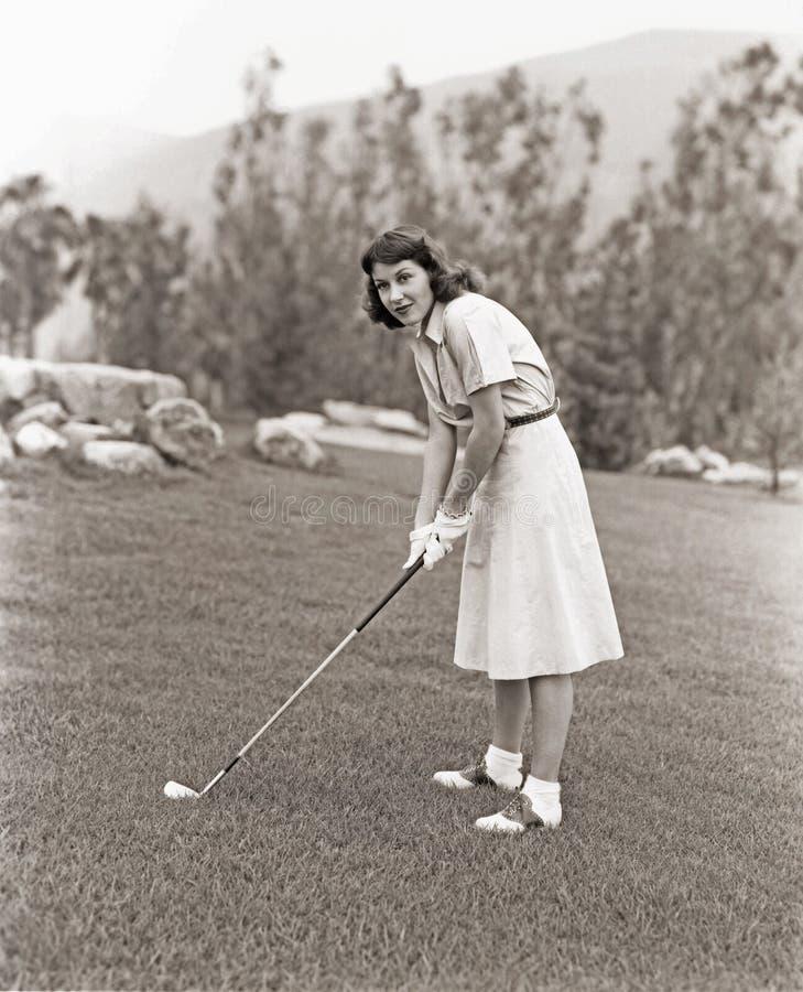 Frau in den weißen Handschuhen, die Golf spielen lizenzfreie stockfotografie
