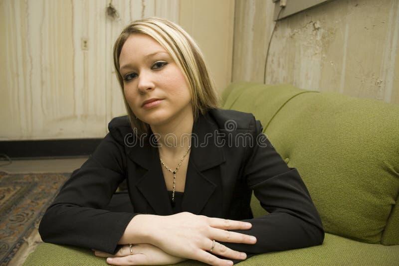 Frau in der alten Wohnung lizenzfreies stockfoto
