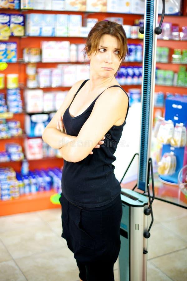 Schöne Frau traurig über ihr Gewicht stockfotografie