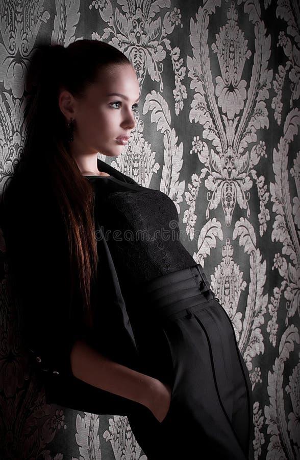 Frau in der Art und Weisekleidung stockfoto