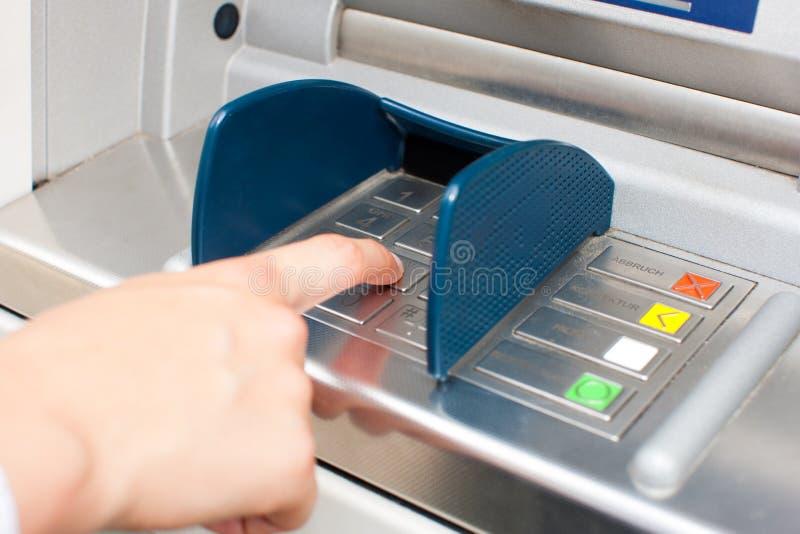 Frau an der ATM-oder Bargeldzufuhr stockfotos