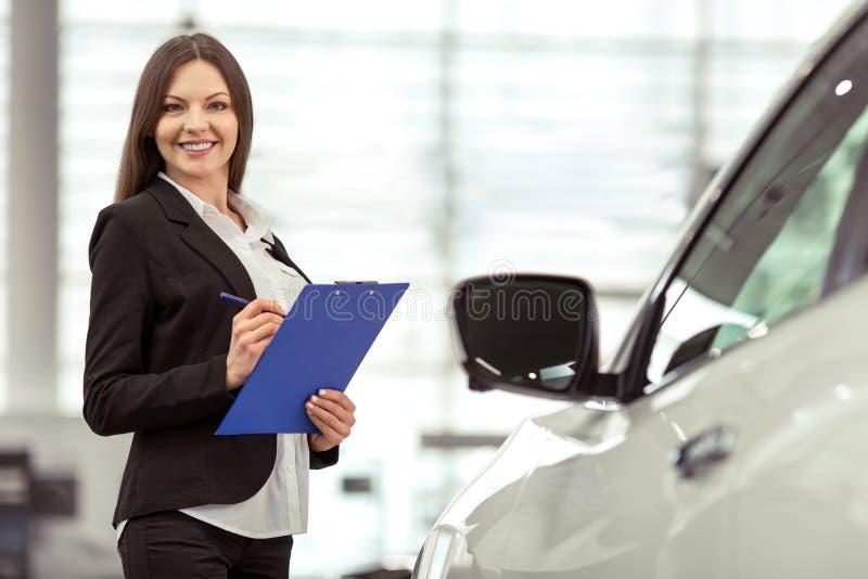 Frau in der Autoausstellung lizenzfreie stockfotografie