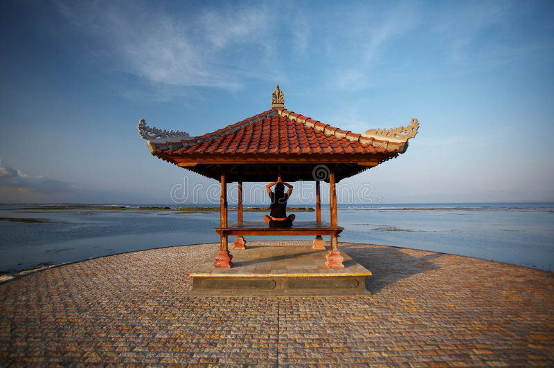 Frau an der Bali-Küste lizenzfreie stockfotografie