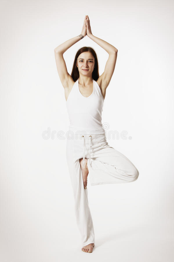 Frau In Der Baum Yogalage (Vrikshasana) Stockbild