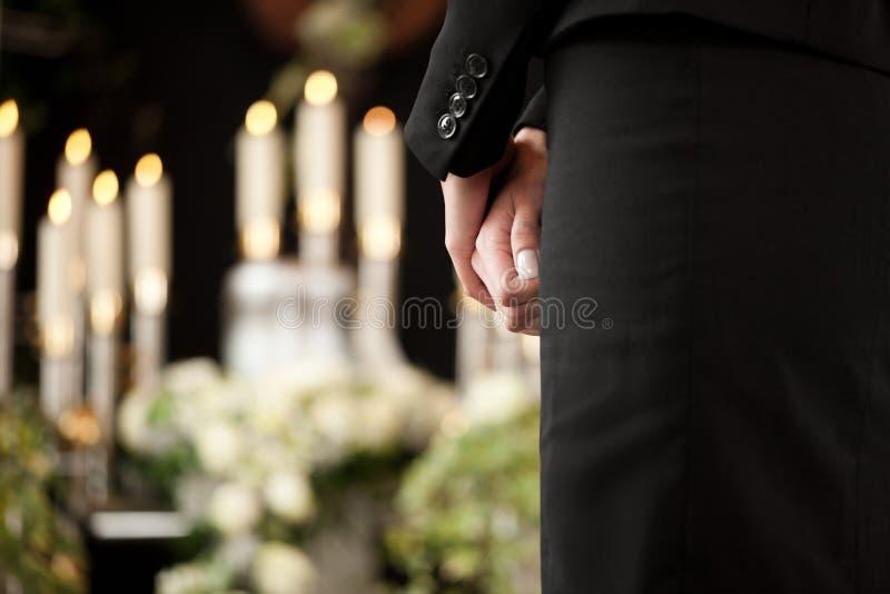 Frau an der Begräbnis- Trauer stockfotografie