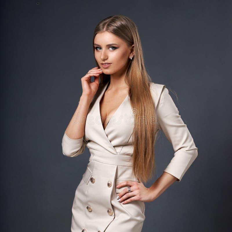 Frau in der beige Kleiderjacke stockbild