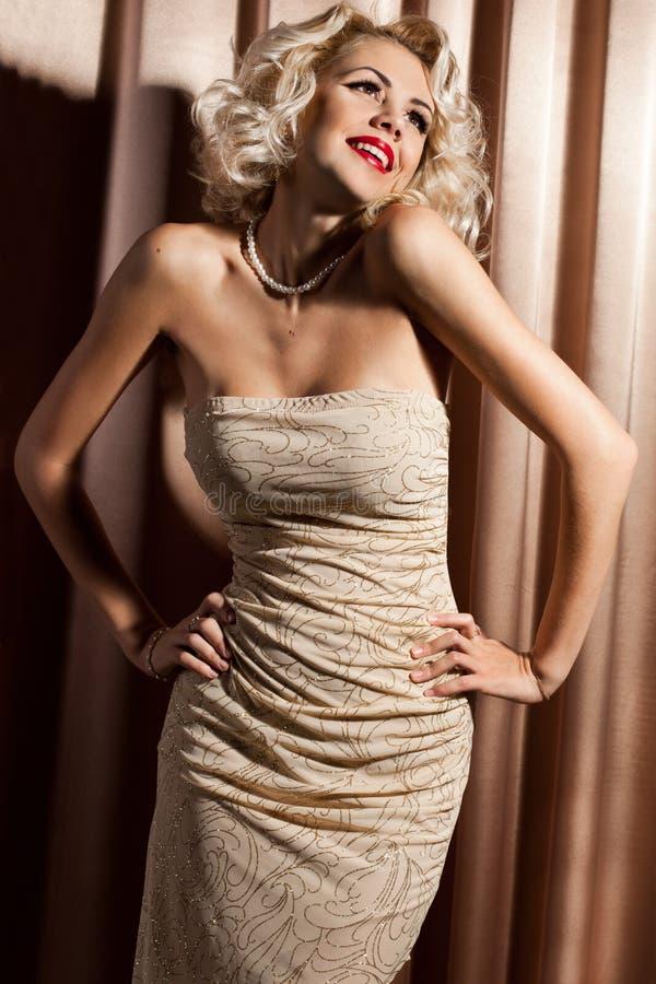 Frau in der beige Kleidung lizenzfreie stockfotografie
