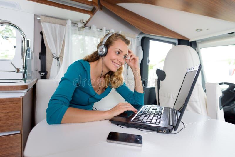 Frau in der camparvan Unterhaltung, zum am hme boyfrien lizenzfreie stockbilder