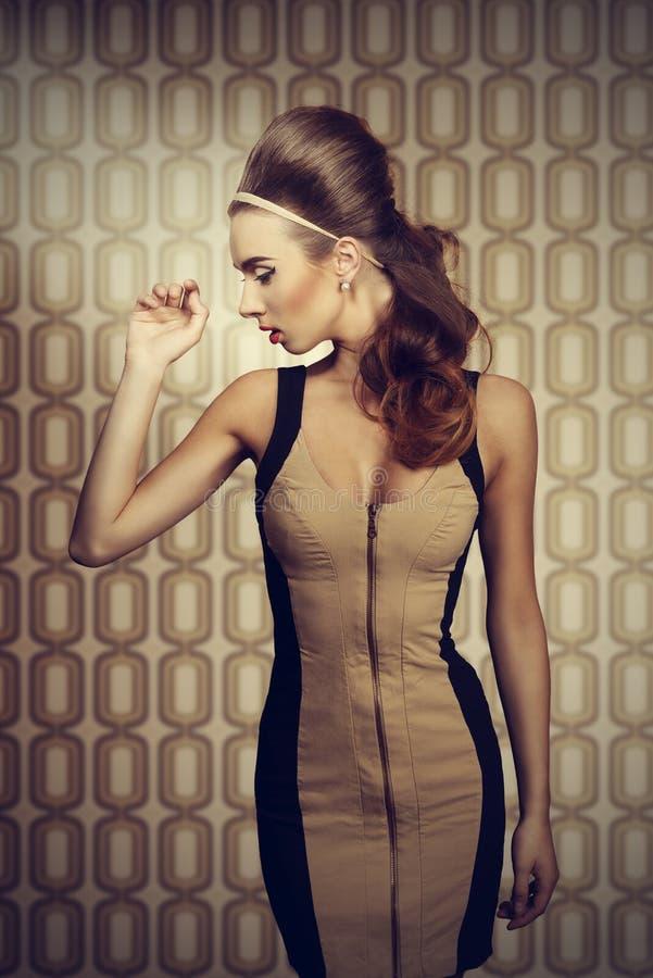 Frau in der Creme und im schwarzen Kleid lizenzfreie stockbilder