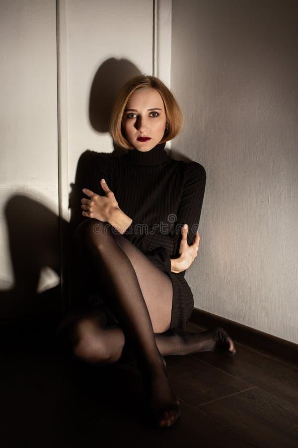 Frau in der Ecke lizenzfreie stockbilder