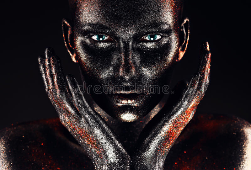 Frau in der Farbe mit den Händen um Gesicht lizenzfreie stockfotografie