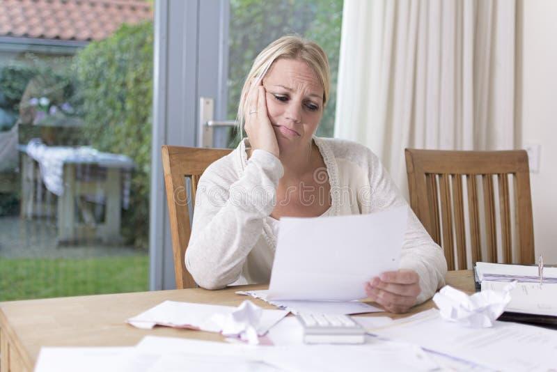 Frau in der finanziellen Belastung lizenzfreie stockfotografie