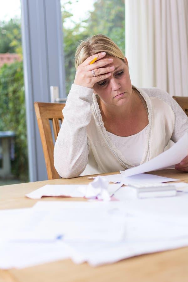 Frau in der finanziellen Belastung lizenzfreie stockbilder