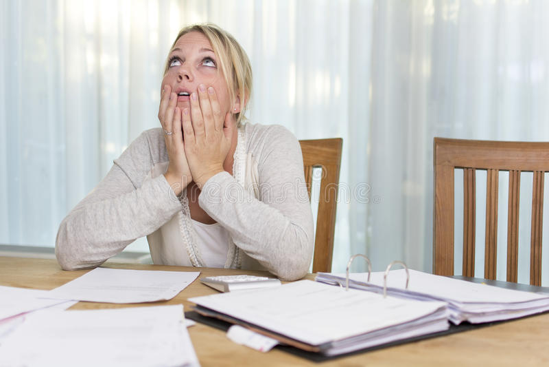 Frau in der finanziellen Belastung lizenzfreies stockbild