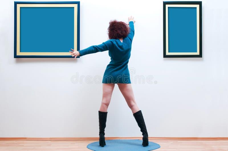 Frau in der Galerie stockbild