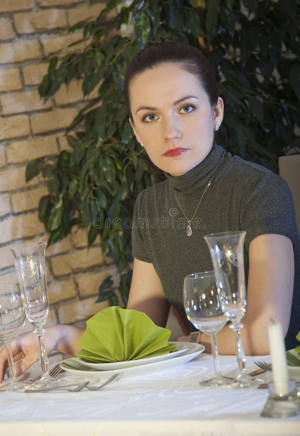 Frau in der Gaststätte stockfotografie