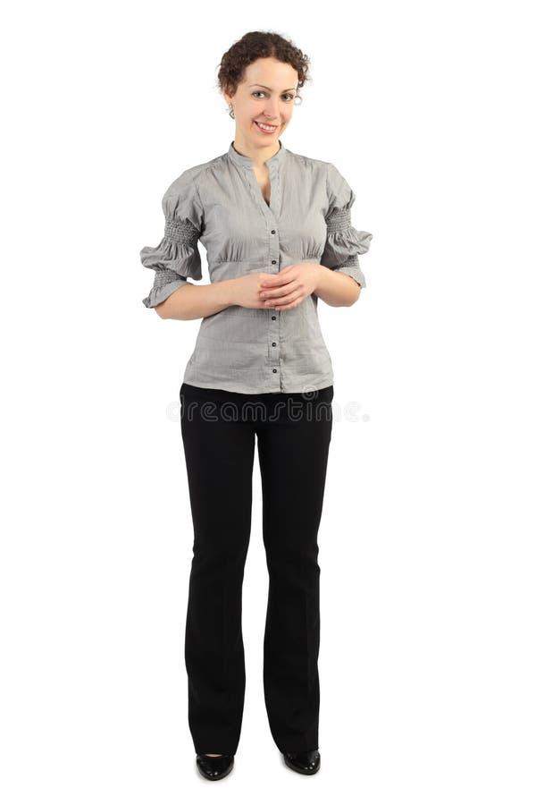 Frau in der Geschäftskleidstellung und -c$lächeln lizenzfreie stockfotos