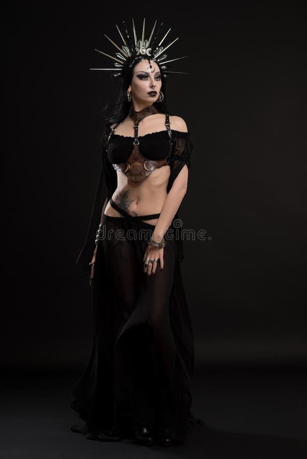 Frau in der gotischen Klagen- und Silberkrone stockfotografie