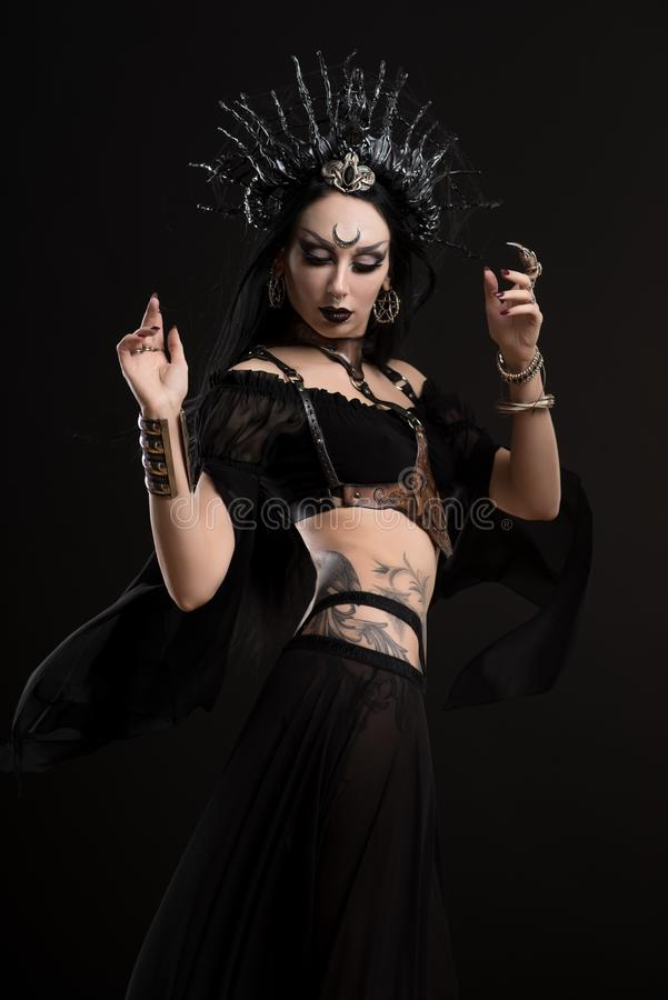 Frau in der gotischen Klagen- und Silberkrone stockbilder