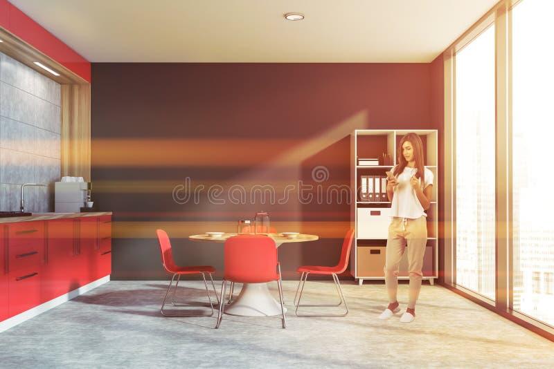 Frau in der grauen Küche mit Bücherschrank stockfotos
