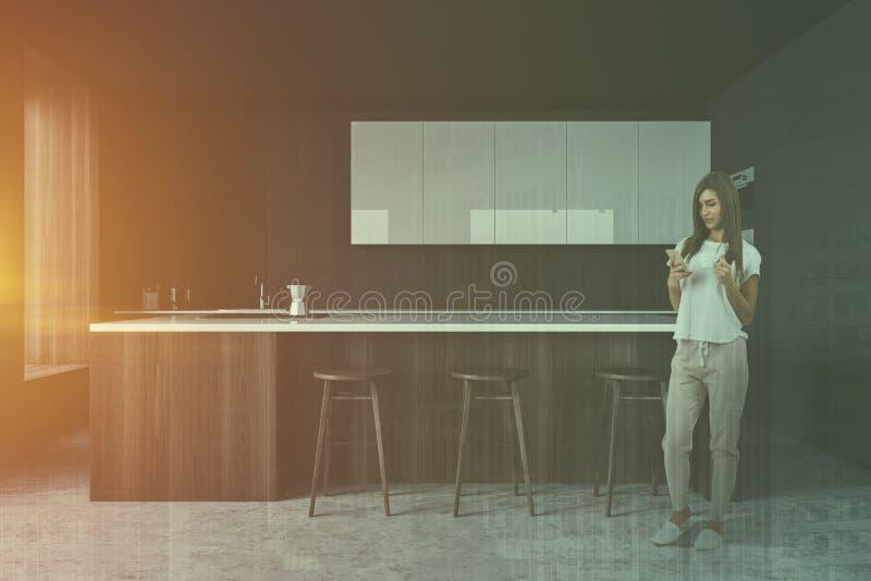 Frau in der grauen K?che mit Stange lizenzfreies stockfoto