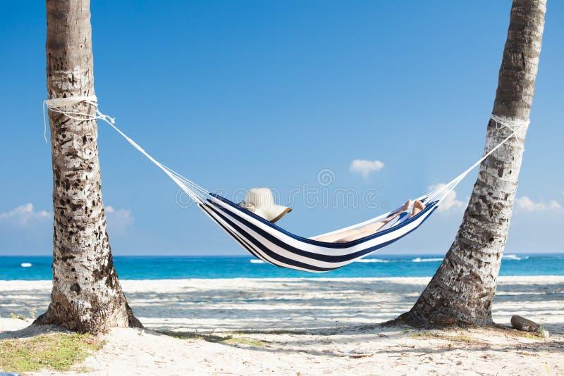 Frau in der Hängematte am Strand lizenzfreies stockfoto