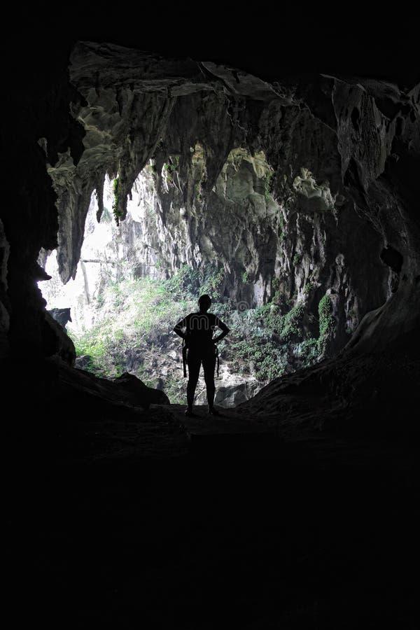 Frau in der Höhle lizenzfreie stockfotos