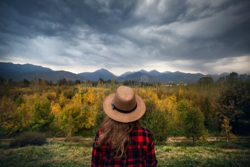 Frau an der Herbstgebirgslandschaft lizenzfreie stockfotos